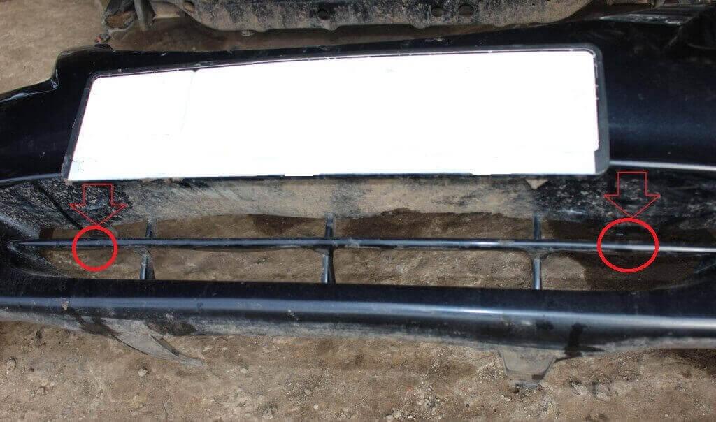 Шаг №3 Убираем клипсы, которые находятся в средней части бампера