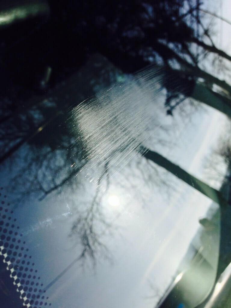 Царапины на стекле машины