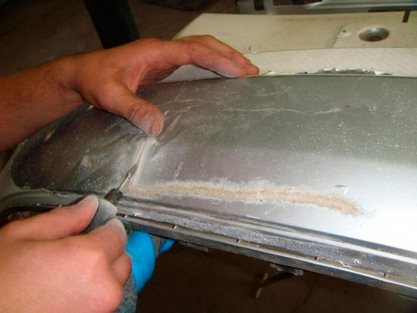 Ремонт бампера - склеивание трещин и последующая покраска.