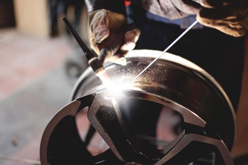 Процесс сварки поврежденного литого диска