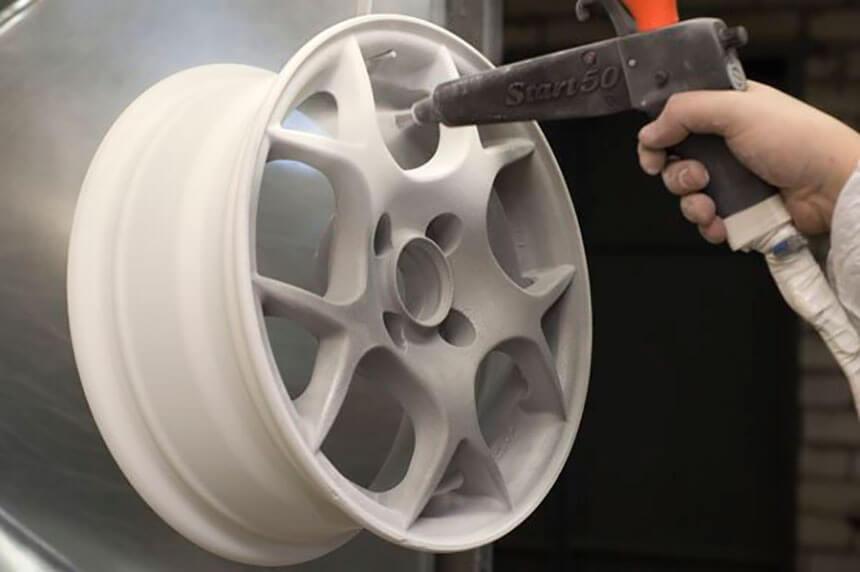 Покраска дисков при помощи распылителя