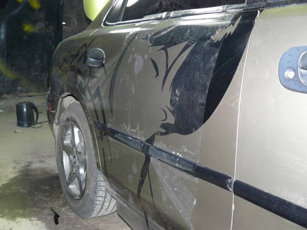 Нанесение наклейки с рисунком на авто