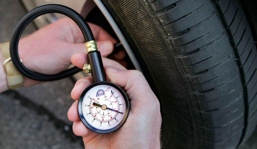 Замер давления шин автомобиля ВАЗ