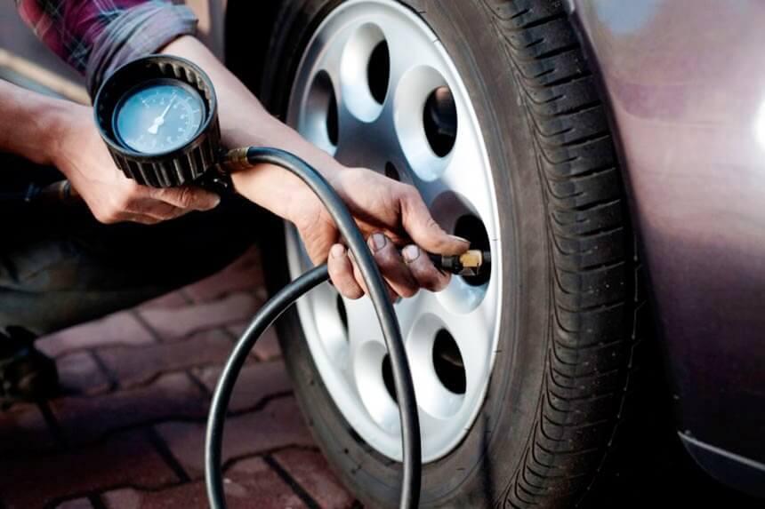 Замер давления в шине переднего колеса