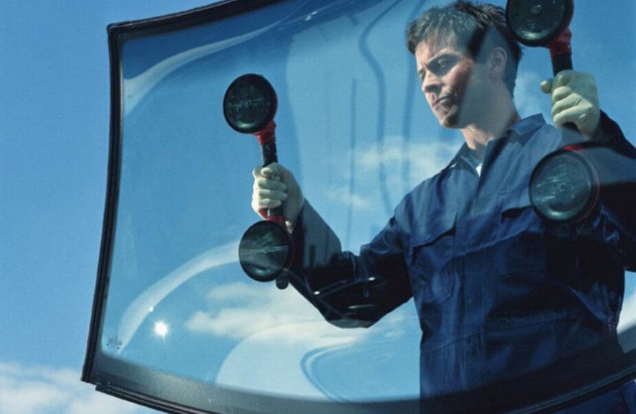 Работа специалистов по замене лобового стекла