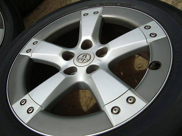 Накладки на диски колес
