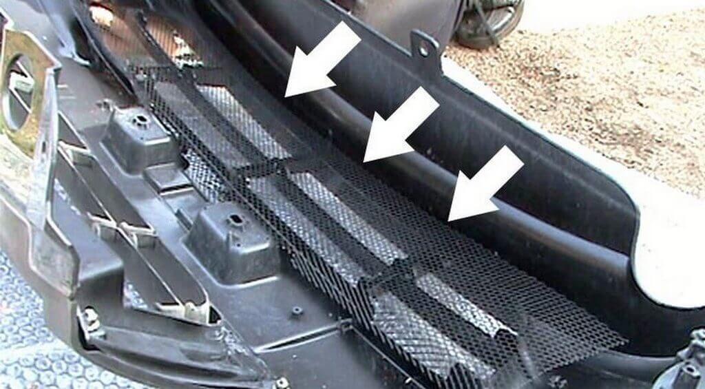 Накладываем сетку с тыльной стороны решетки радиатора Приора