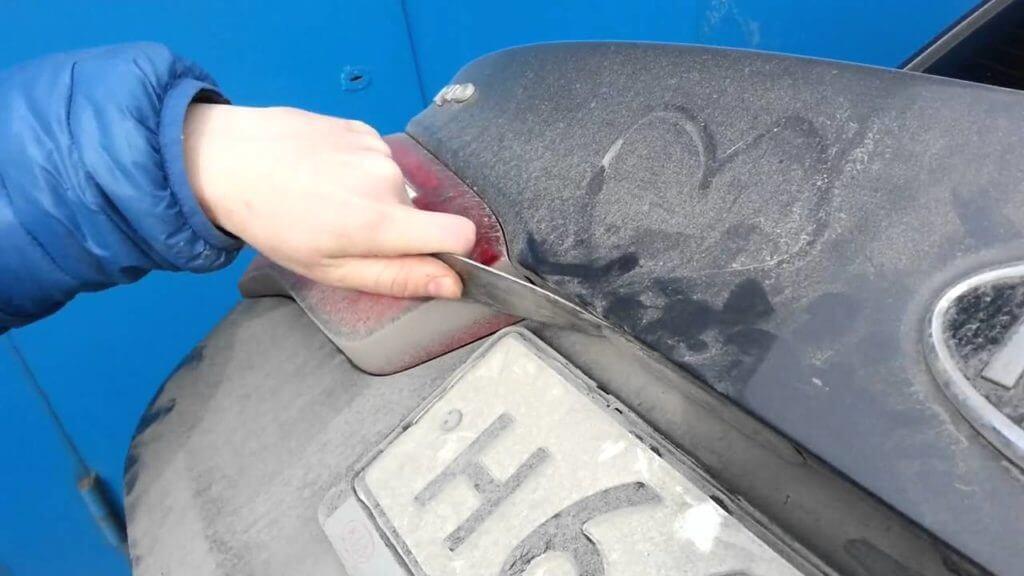 Некоторые советуют менять лампы без разбора крышки багажника