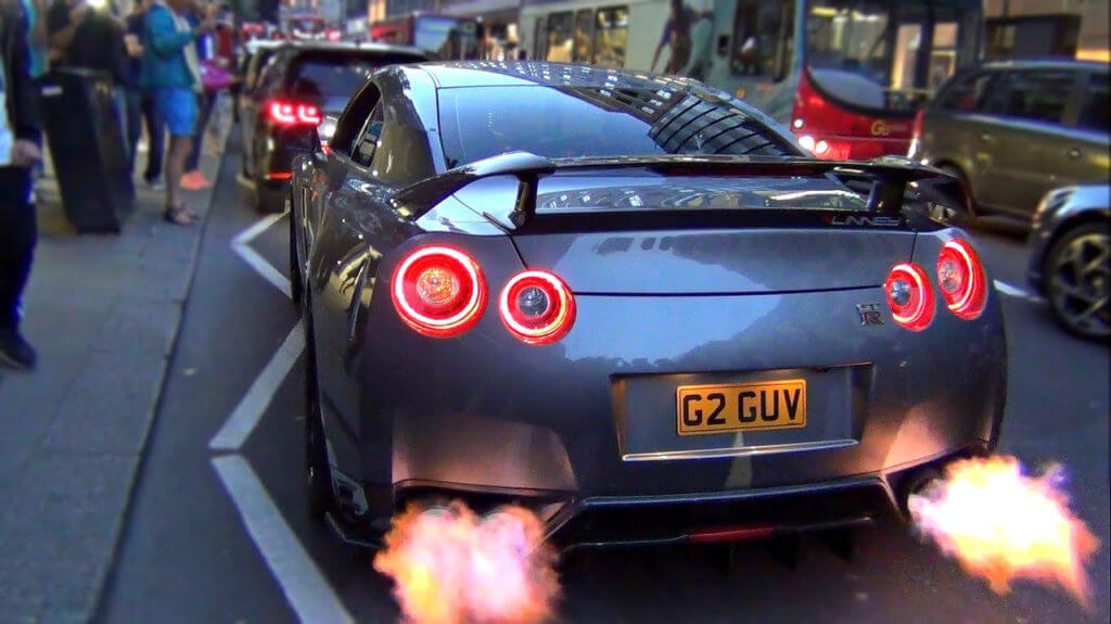 Запрещается наличие вблизи автомобиля включённых электроприборов и легко воспламеняющихся предметов