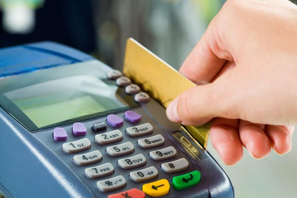 Оплачивая картой вы существенно сэкономите деньги