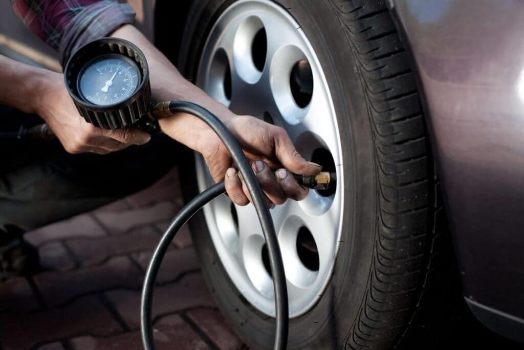 Слабо накачанные колеса увеличивают расход топлива