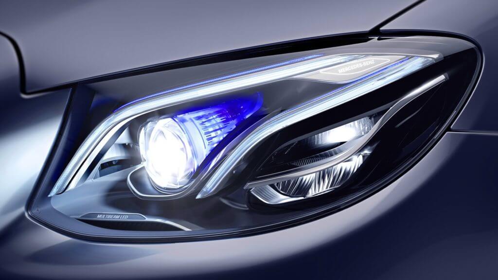 Если же автомобиль совершает манёвр поворота, то наоборот — происходит включение дополнительных секций светодиодов