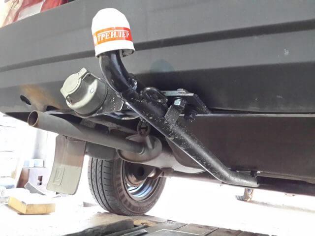 Уголки с резьбой, входящие в комплект с монтируемым агрегатом, следует устанавливать в отверстия, сделанные в днище внутри багажника