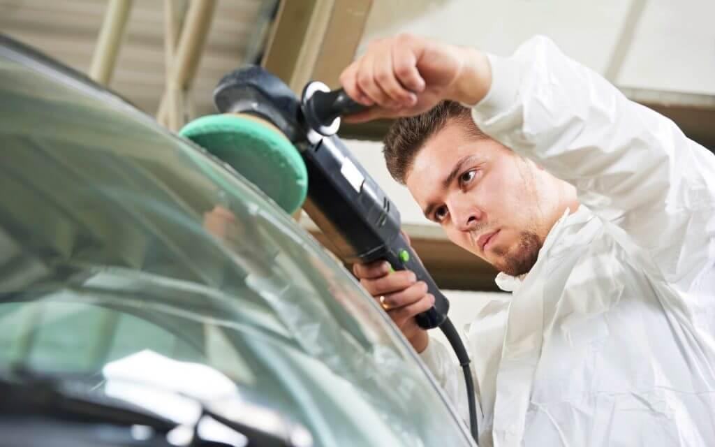Если необходимо восстановить лакокрасочное покрытие, то проводится восстановительная полировка автомобиля