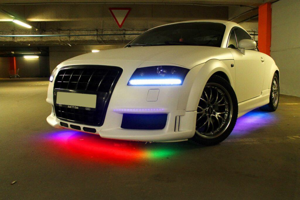 Неоновая электроподсветка днища способна превратить машину, мчащуюся в ночное время по дороге, в нечто невероятное и сказочное