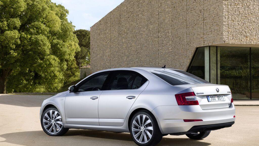 Еще на самом популярном автомобиле Skoda впервые появился руль с подогревом за доплату, а в спинках передних сидений могут быть установлены складные столы