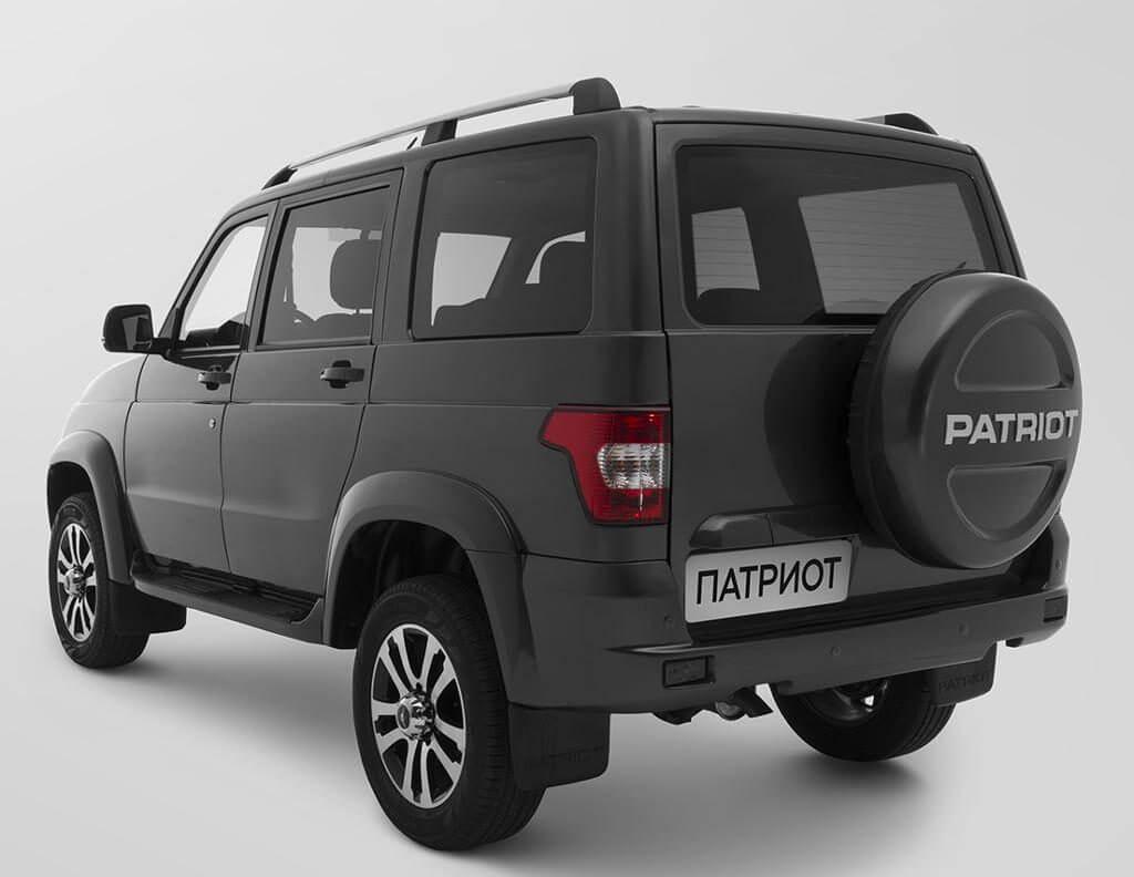 Огромная, массивная дверь багажного отсека с навесным запасным колесом придает автомобилю грозный внешний вид