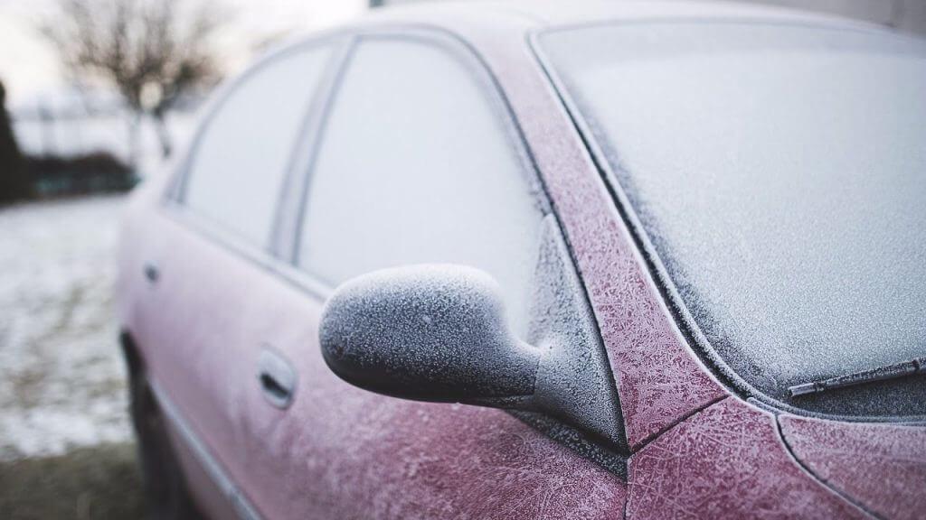 Автомобиль покрыт снегом и льдом