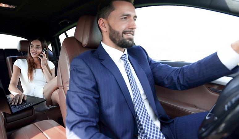 Мужчина за рулем и женщина-пассажир