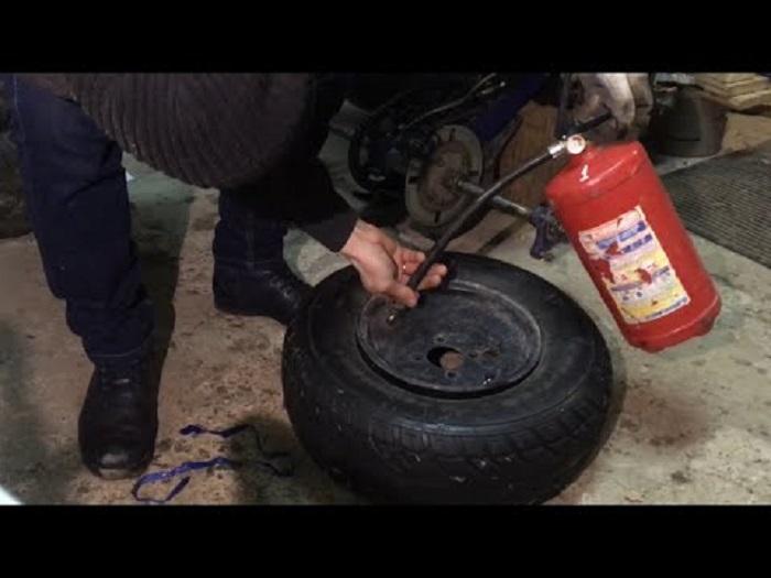 Накачивание колеса огнетушителем