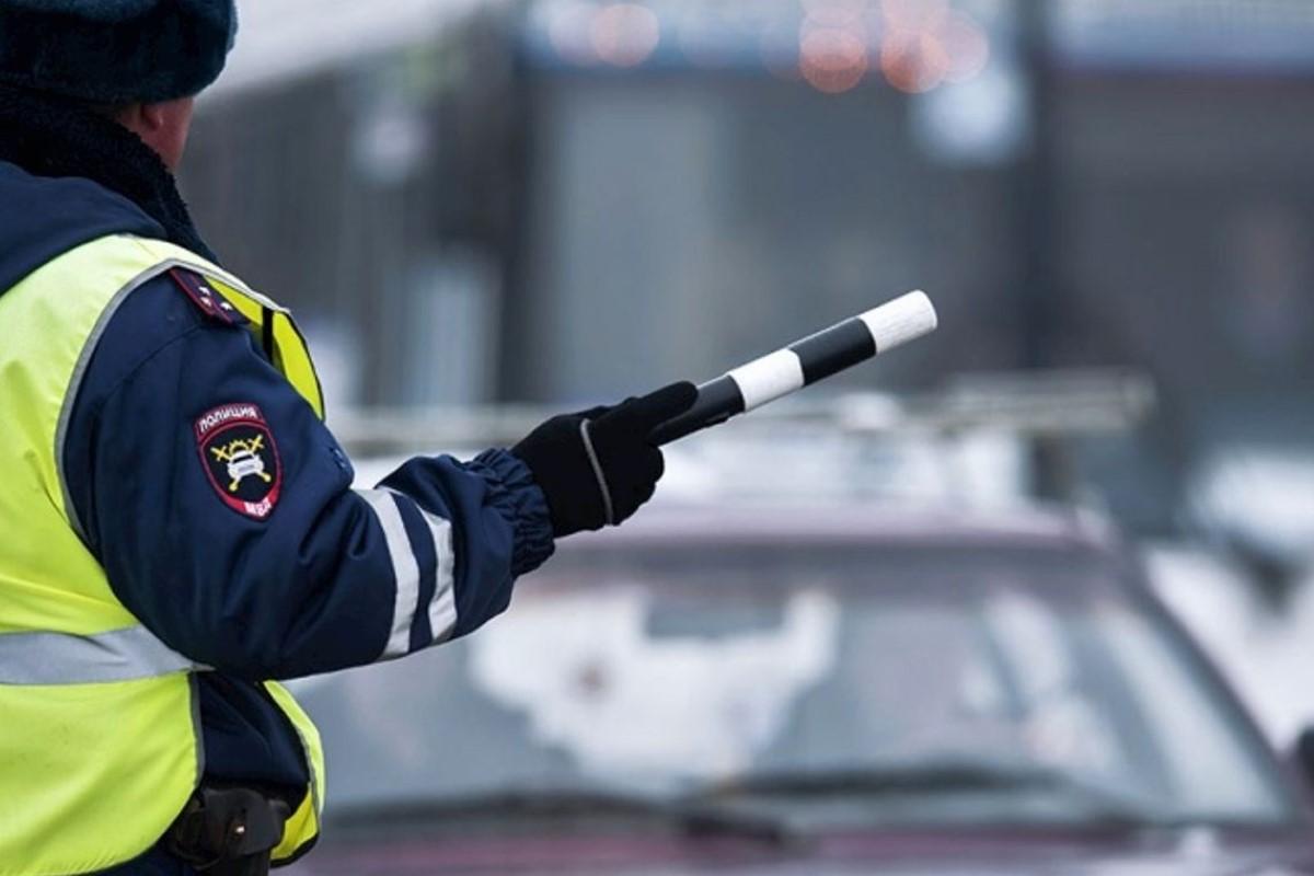 Инспектор ГИБДД с жезлом