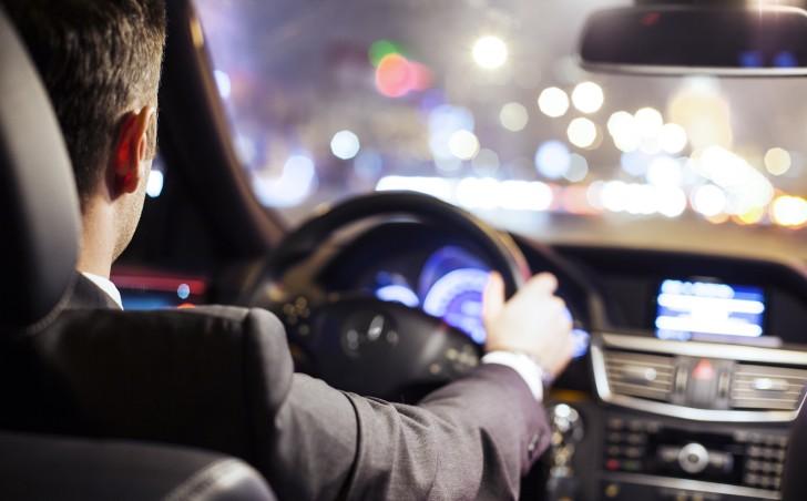 Мужчина за рулем и вечерний город