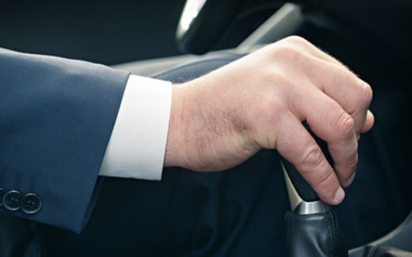 Рука на переключателе передач