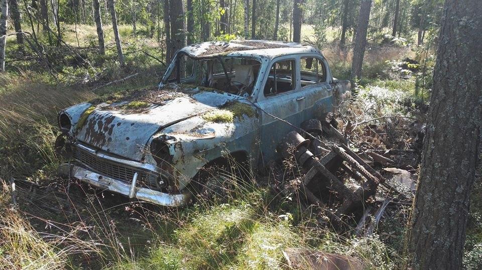 Старый автомобиль в лесу Финляндии