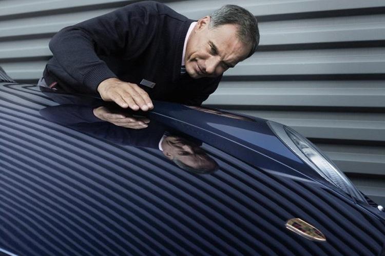 Мужчина смотрит на покрытие авто