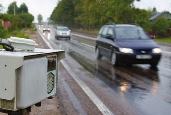 Тренога с радаром и автомобиль на дороге