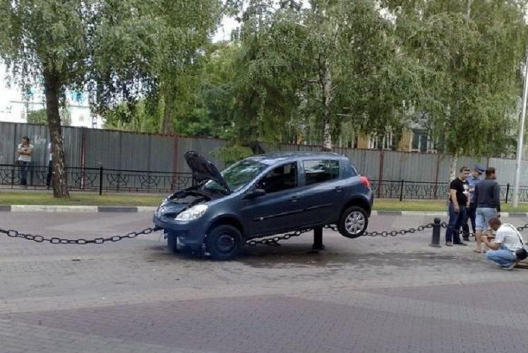 Автомобиль заехал на ограду