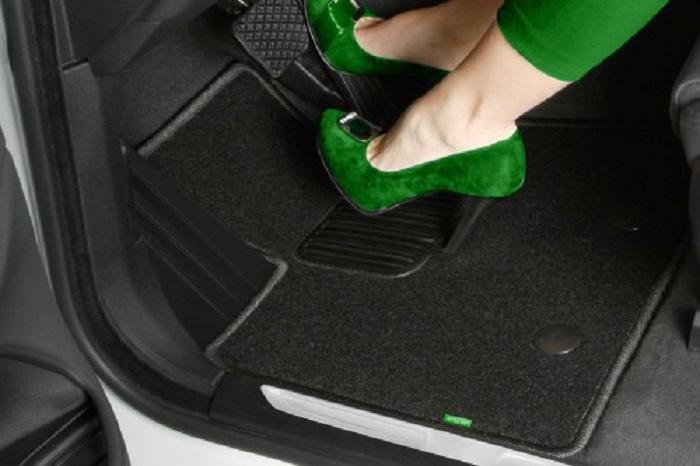 Ноги в туфлях в авто на полу