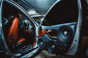Динамики в дверях авто