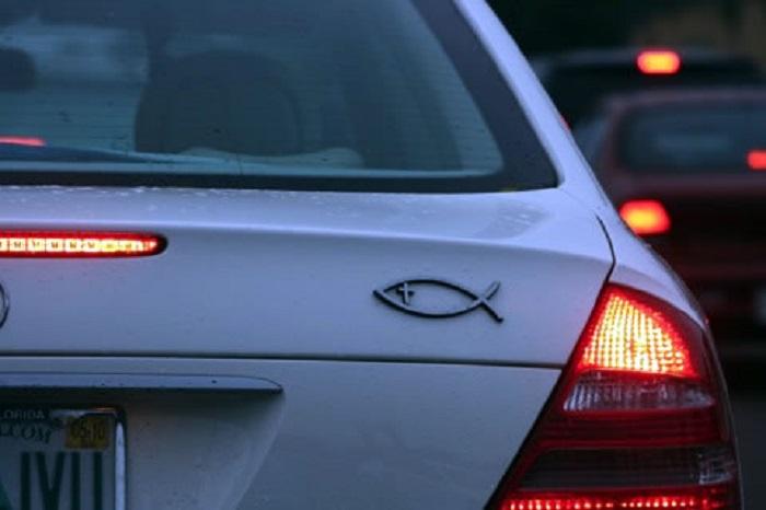 Эмблема рыбы на автомобиле