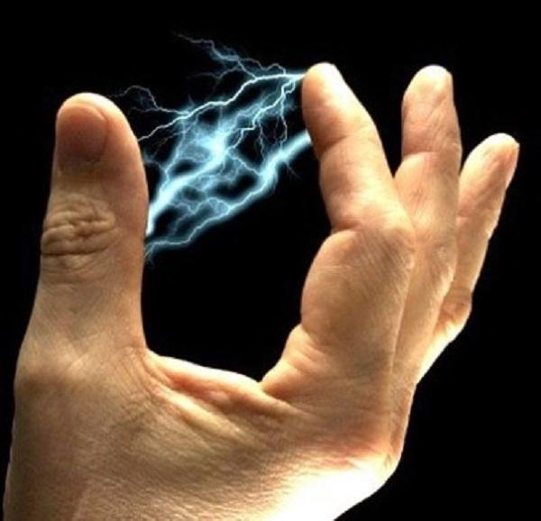 Электрический разряд между пальцами