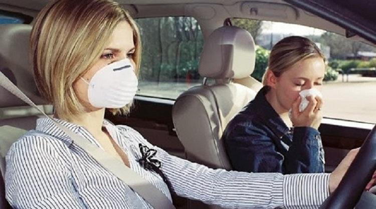 Девушкии в машине в респираторах