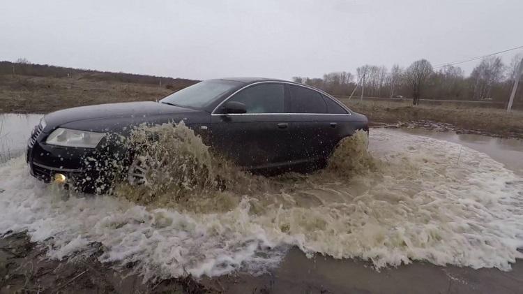 Машина едет по луже