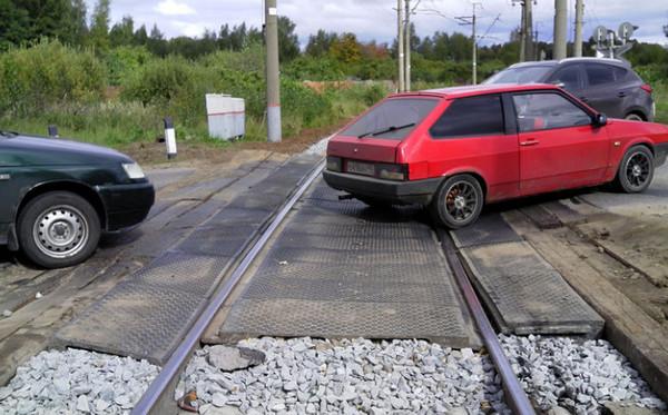 Автомобиль пересекает рельсы