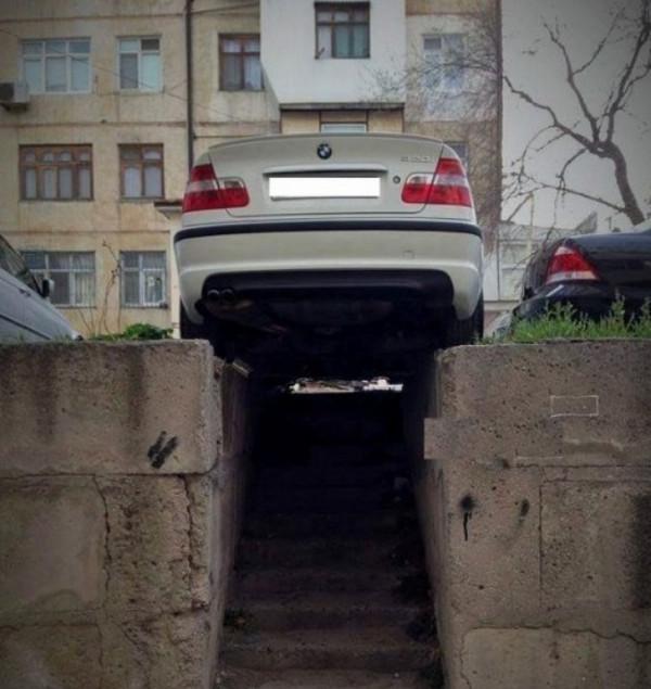 Автомобиль над ступенькми