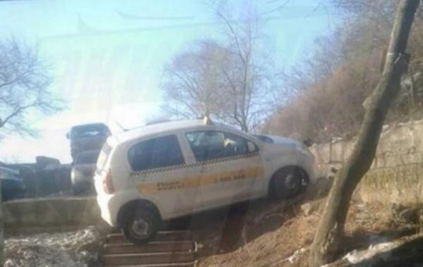 Такси припарковано на ступеньках