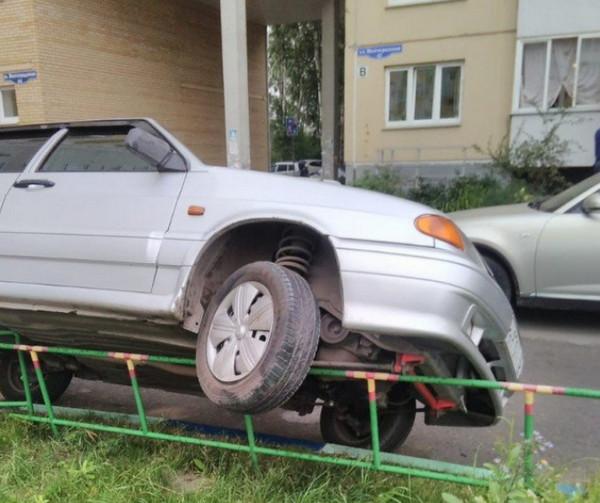 Машина заехала колесами на ограду