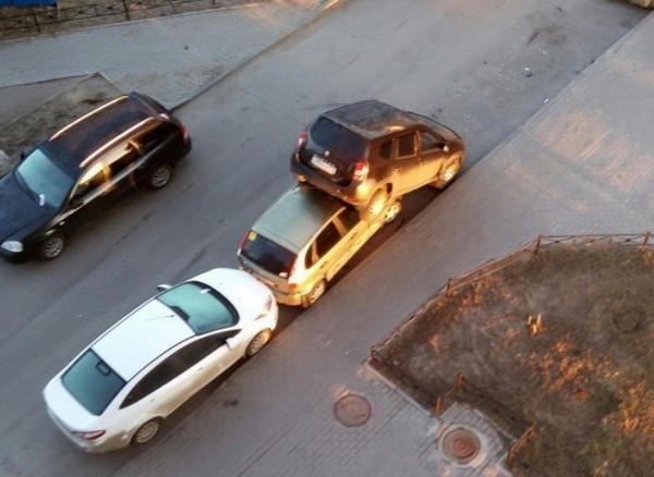 Машина припаркована на другом авто