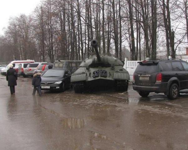 Танк на парковке