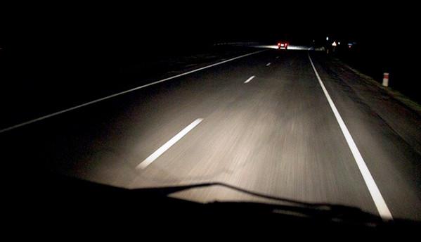 Освещение фарами ночной дороги