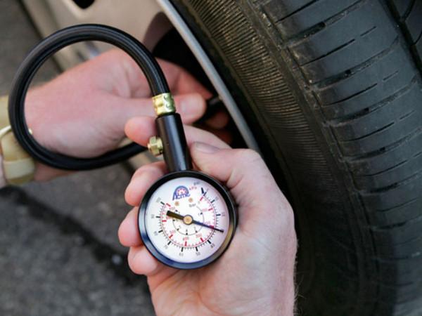 Измерение давления в шинах манометром