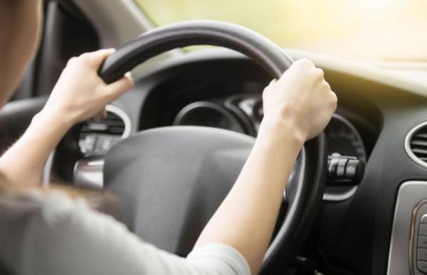Руки девушки на руле авто