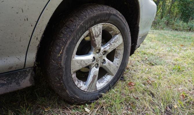 Колесо авто с ржавым диском