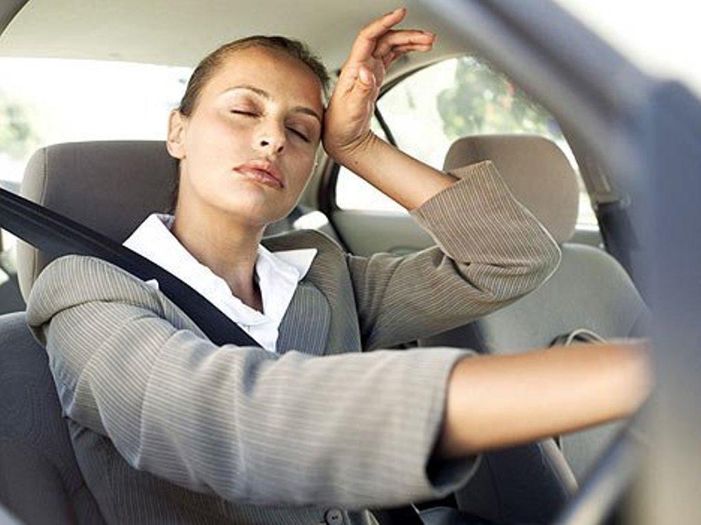 Девушка с закрытыми глазами в авто