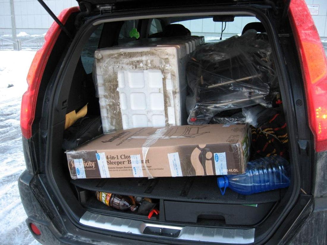 Коробки и бутылка в багажнике