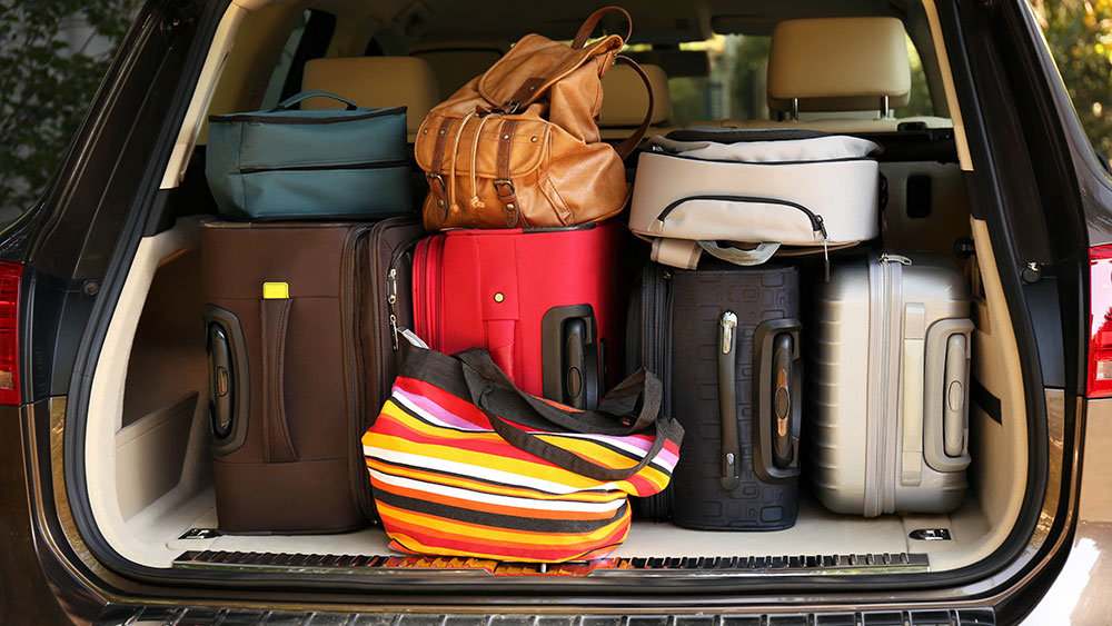 Аккуратно уложенный багаж в багажнике